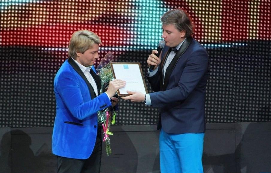 Денис Чудаев поздравляет Николая Баскова